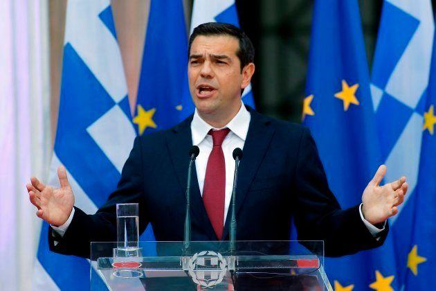 Alexis Tsipras, durante un discurso a su grupo parlamentario, con corbata por el fin del
