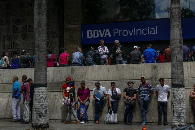 Cola de gente para sacar dinero en un cajero de BBVA Provincial hace 9