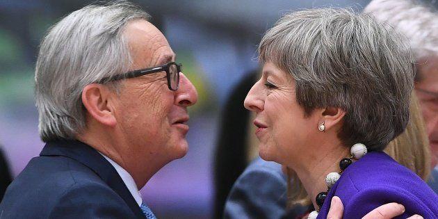 Jean-Claude Juncker y Theresa May se saludan antes de una reunión de líderes europeos en Bruselas, en...