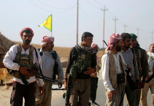 Combatientes yazidíes tras sumarse a las unidades kurdosirias (YPG) en Sinjar en