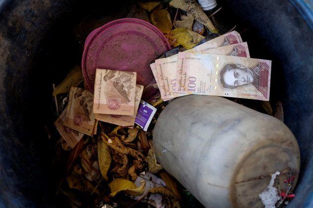 Billetes antiguos en las papeleras de