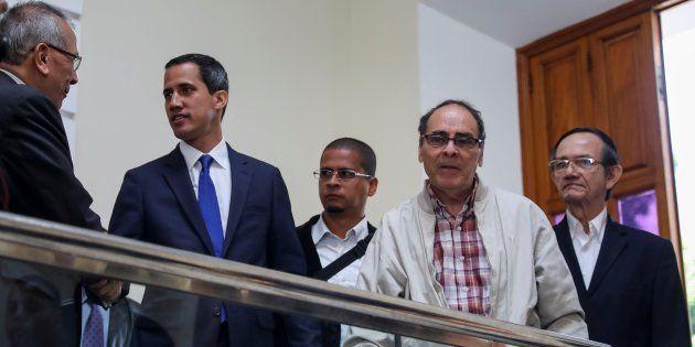 Juan Guaidó, saludando a antiguos ministros de Hugo