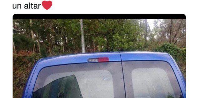 Un coche con un cartel en