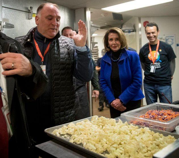 José Andrés enseña a Nancy Pelosi las cocinas de World Central Kitchen, su organización sin ánimo de...