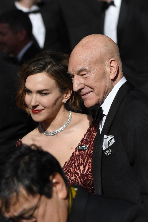 Patrick Stewart y su mujer, la cantante Sunny Ozell en la alfombra roja de la 90ª edición de los Premios