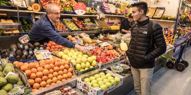 Una frutería situada en el Mercado de Antón Martín, en