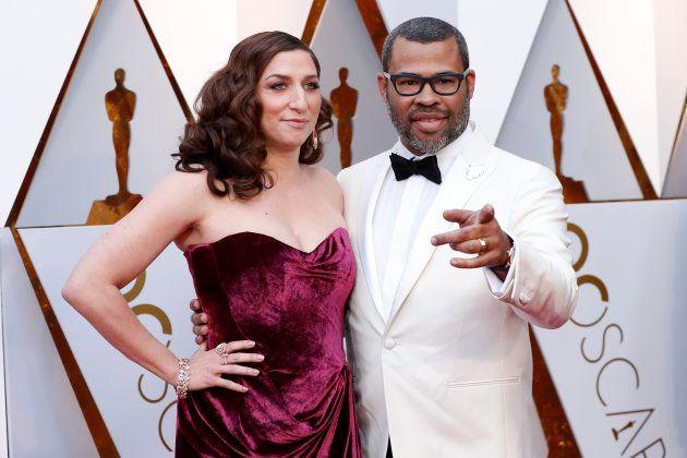 Chelsea Peretti y Jordan Peele en la alfombra roja de los Oscar