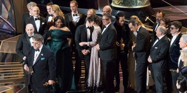 El director Guillermo del Toro, junto al equipo de la película 'La forma del