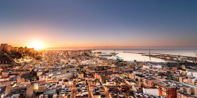 Amanece en la ciudad Almería, al fondo la Alcazaba de Almería presidiendo la