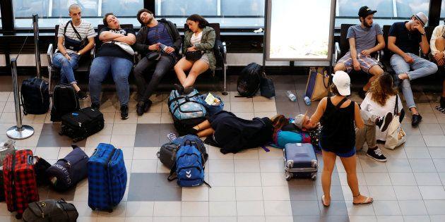 Pasajeros afectados por una de las huelgas de Ryanair, en el aeropuerto alemán de Schoenefeld, el pasado...