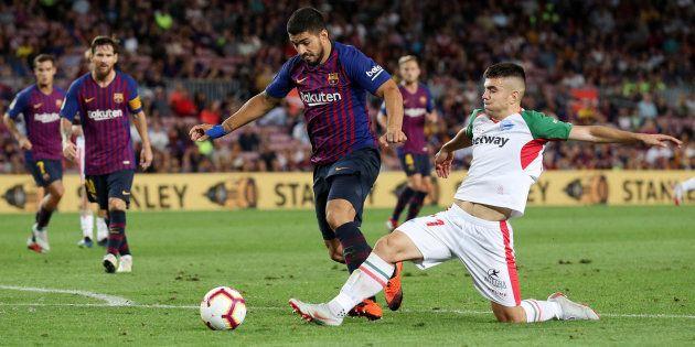 Luis Suárez, del Barcelona, y Martín Aguirregabiria, del Alavés, disputando un balón en el Camp Nou el...
