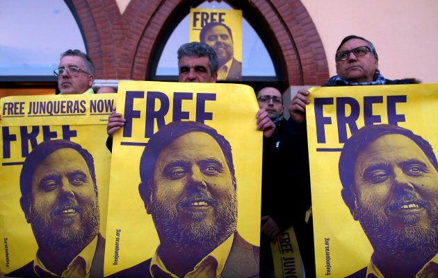 Manifestantes a favor de Oriol Junqueras, el pasado 10 de febrero frente al Ayuntamiento de Sant Vicenc...