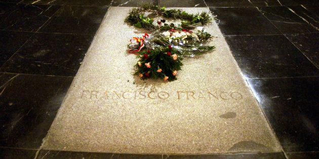 La tumba de Francisco Franco, con flores en su recuerdo, durante el 30 aniversario de su muerte, en