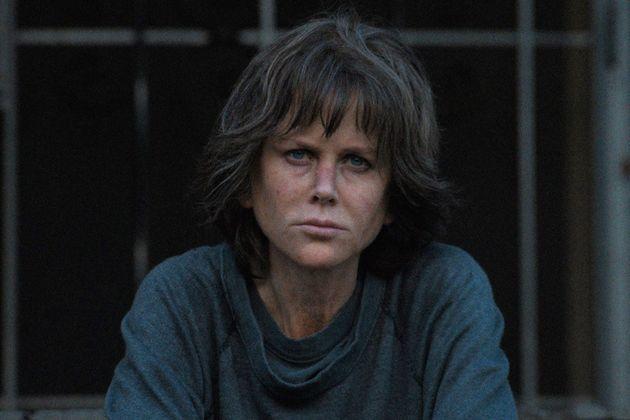 Na primeira imagem oficial de 'Destroyer', atriz aparece com semblante manchado e