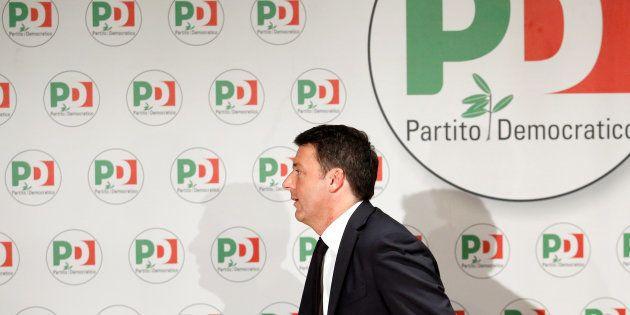Renzi abandona la sala de prensa en la que ha anunciado su