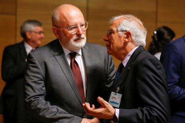 El ministro de Asuntos Exteriores, Josep Borrell, y el vicepresidente de la Comisión Europea Frans