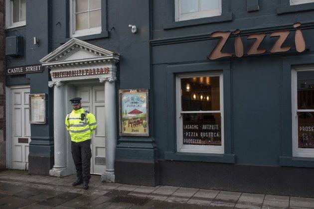 Un policía monta guardia en la puerta del restaurante Zizzi, supuestamente visitado por Skripal y su...