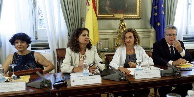 La ministra de Hacienda, María Jesús Montero, y la ministra de Política Territorial, Meritxell Batet,...