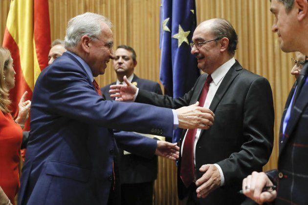 Alfonso Guerra y Javier Lambán, presidente de Aragón, se saludan en el acto de presentación del libro...