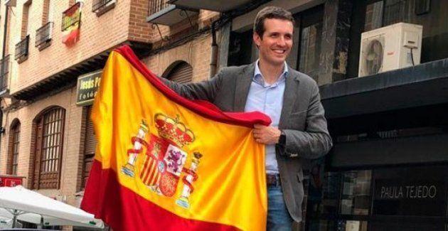 Pablo Casado, subido al capó de un coche con una bandera de España, en un acto de campaña de las primarias...