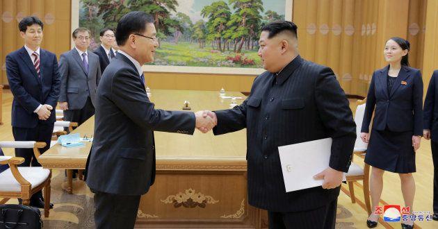 El líder norcoreano Kim Jong Un estrecha la mano a un miembro de la delegación surcoreana con la que...