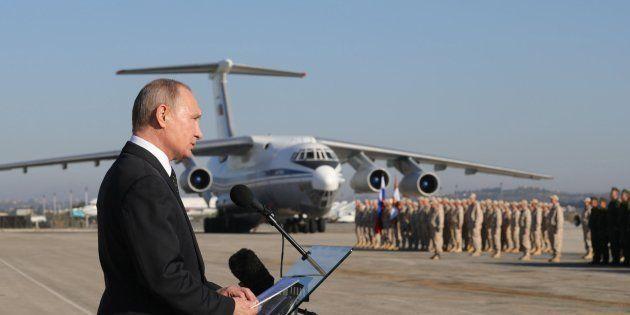 Imagen de archivo de diciembre de 2017 que muestra al presidente ruso, Vladimir Putin, durante su visita...