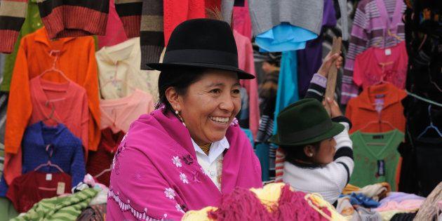 Mujer ecuatoriana vistiendo ropas