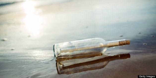 Hallan el mensaje dentro de una botella más antiguo del mundo en una playa de