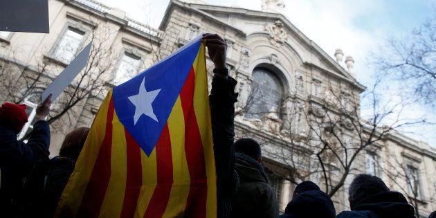 Simpatizantes independentistas, ante la sede del Tribunal Supremo en Madrid, aguardando la declaración...