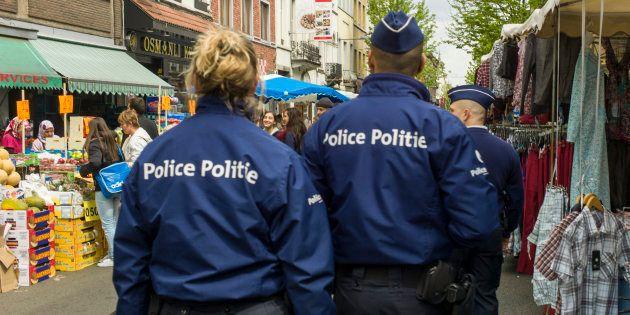 Una pareja de policías belgas, de patrulla en el barrio de Saint Josse, en Bruselas, en una imagen de