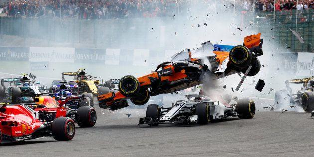 Fernando Alonso (el coche naranja que vuela), tras ser golpeado por