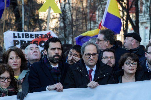 El presidente de la Generalitat, Quim Torra (2d), y el presidente del Parlament, Roger Torrent (3i),...