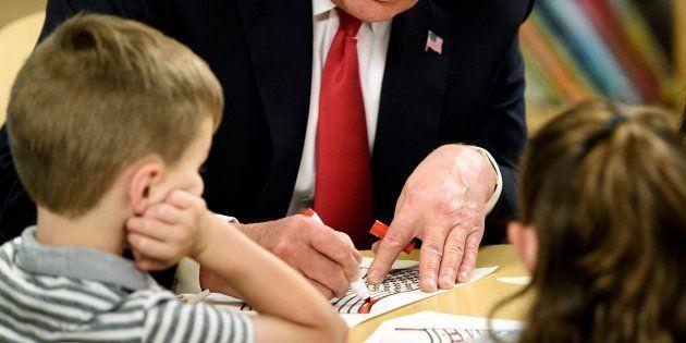 Pillan a Donald Trump pintando mal la bandera de