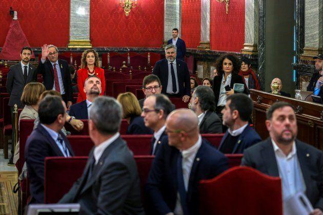 El presidente de la Generalitat, Quim Torra, saluda a los acusados a su llegada al Tribunal
