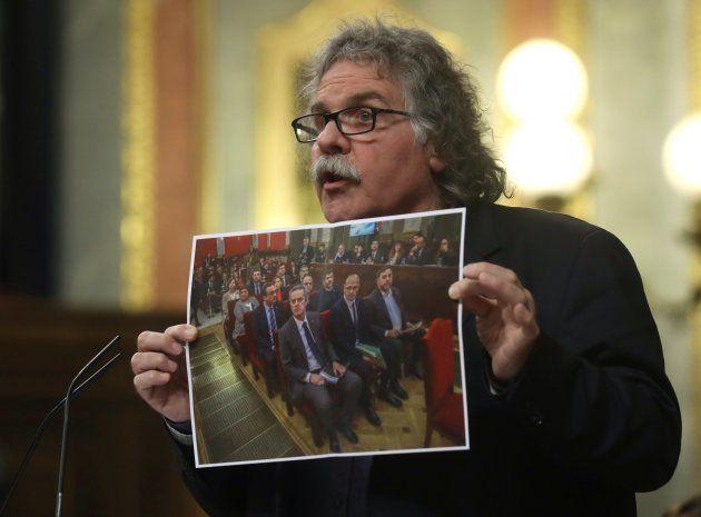 GRAF6181. MADRID, 12/02/2019.- El portavoz de ERC en el Congreso, Joan Tardá, muestra una fotografía...