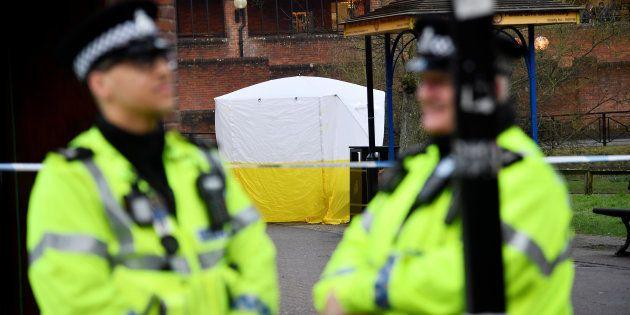Oficiales de policía junto al lugar en el que fueron hallados Skripal y su