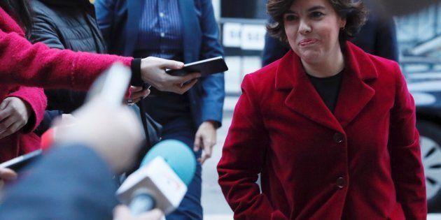 La vicepresidenta del Gobierno, Soraya Sáenz de Santamaría, atiende hoy a los medios antes de acudir...