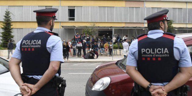 La Fiscalía de Cataluña investiga a los Mossos por la identificación de personas que retiraban lazos...
