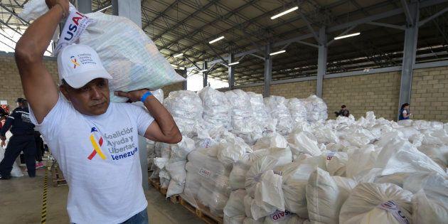 Un voluntario porta ayuda humanitaria enviada por Estados Unidos en Cúcuta, en la frontera colombiana...