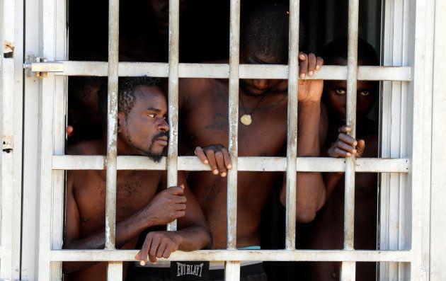 Migrantes en un centro de detención en