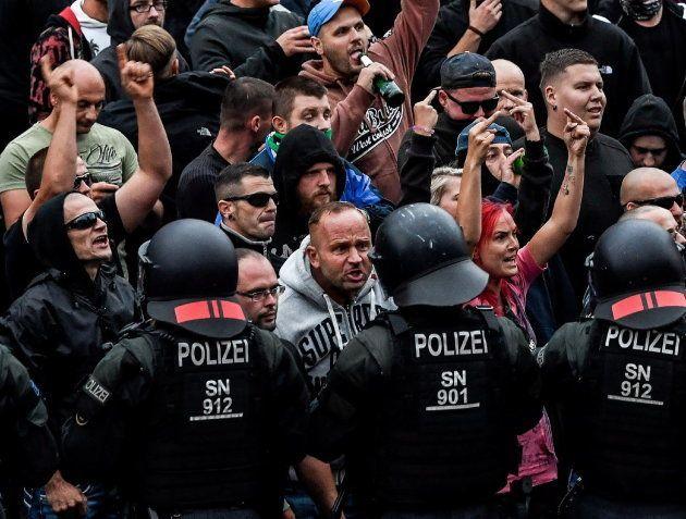 Manifestantes de la extrema derecha increpan a la policía