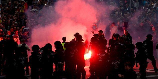 Manifestantes de la extrema derecha lanzan bengalas contra la policía en Chemnitz,