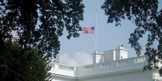 La bandera de Estados Unidos ondea a media asta sobre la Casa