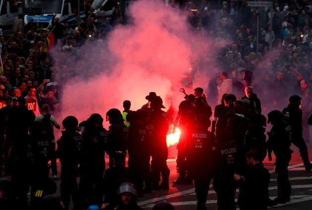 Manifestantes de la extrema derecha prenden bengalas en