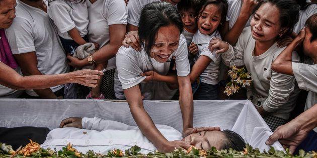 Un grupo de familiares lloran a Aldrin Pineda, de 13 años, asesinado en marzo en Manila, en el contexto...