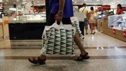 ¿Por qué en Mercadona cobran las bolsas de plástico y en Zara y El Corte Inglés