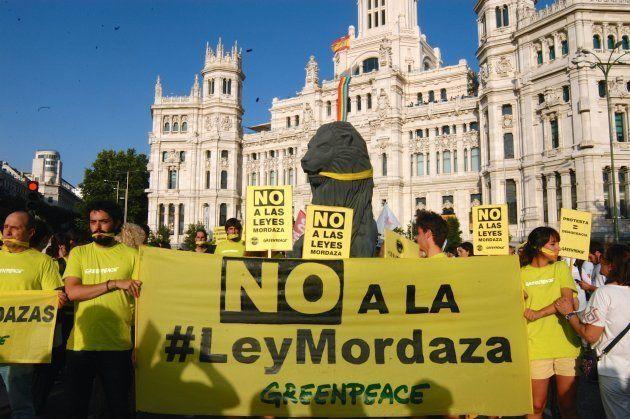 Protesta de Greenpeace en la Plaza de la Cibeles de Madrid contra la Ley