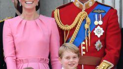 La polémica con la Casa Real británica por llevar al príncipe Jorge a su primera