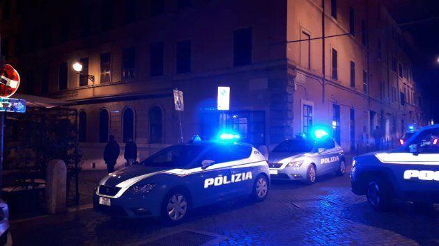 Oficiales de policía y personal médico acuden al lugar de los