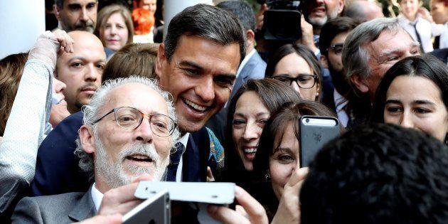El presidente Pedro Sánchez, durante el encuentro que ha mantenido con representantes de la colectividad...